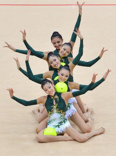 写真:団体予選前半のボールの演技をする日本チーム=AFP時事